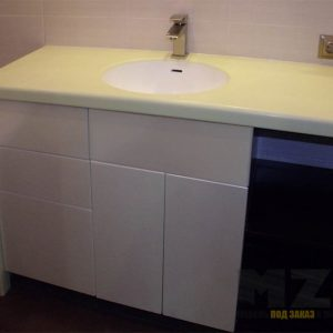 Бежевая тумба в ванную с выдвижными ящиками без ручек