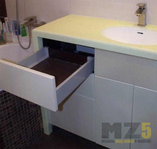 Бежевая тумба для ванной комнаты с выдвижными ящиками без ручек и светлой стоешницей