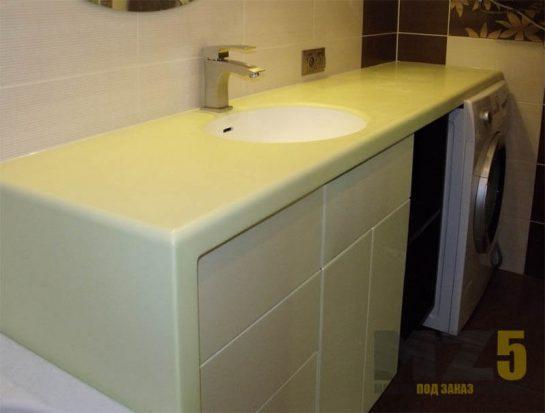 Бежевая тумба в ванную с выдвижными ящиками без ручек и светлой стоешницей