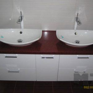 Современная тумба под две раковины в ванную с изящной бордовой столешницей