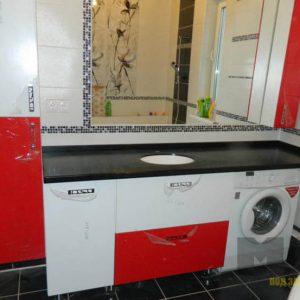 Современный красно-белый комплект мебели в ванную с черной столешницей