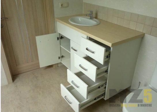 Функциональная напольная тумба в ванную в современном стиле