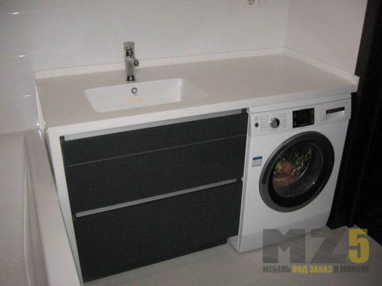 Черная матовая тумба под раковину без ручек в ванную комнату с белой столешницей