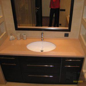 Аккуратная современная тумба в черном цвете для ванной комнаты