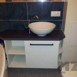 Строгая белая тумба под раковину для ванной с черной столешницей