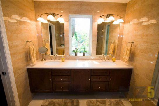Прямая деревянная тумба под раковину в ванную комнату классическая