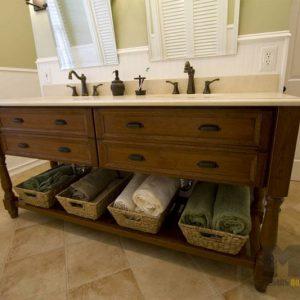 Классическая деревянная тумба в ванную комнату