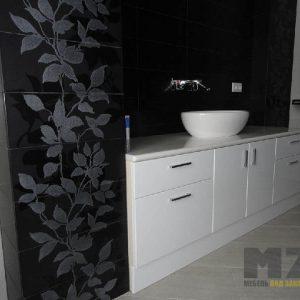 Глянцевый черно-белый набор мебели в ванную с пескоструйным рисунком