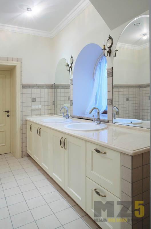Классическая мебель в ванную комнату в белом цвете