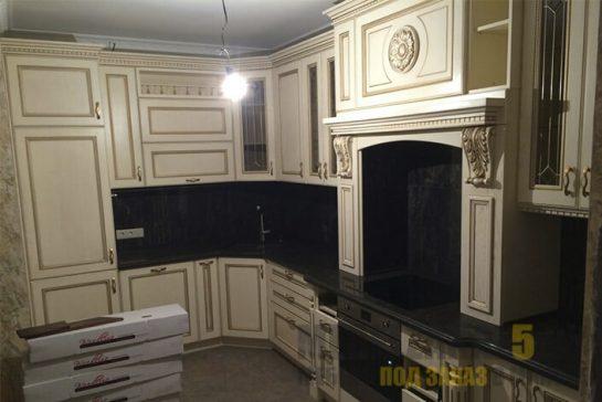 Угловая кухня из МДФ в классическом стиле с черной столешницей из камня
