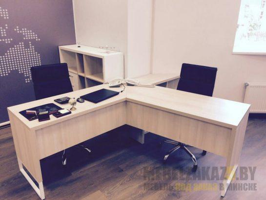 Современные офисные столы для сотрудников