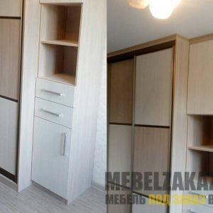 Маленький шкаф-купе бежевого цвета с открытыми полочками
