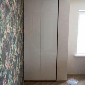 Узкий современный распашной шкаф белого цвета
