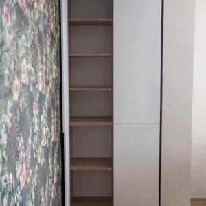 Узкий современный распашной шкаф