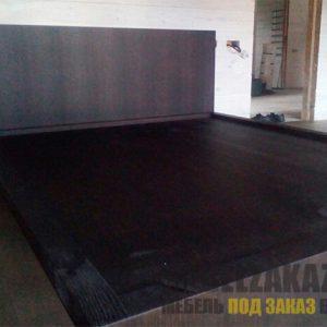 Двуспальная кровать из массива дуба темно-коричневого цвета