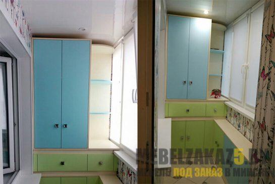 Корпусная мебель на балкон с зелено-голубыми шкафчиками и открытыми полками