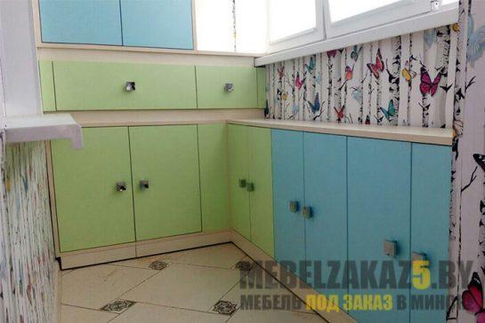Корпусная мебель на балкон с зелено-голубыми шкафчиками