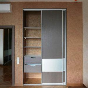 Встроенный современный шкаф-купе серого цвета
