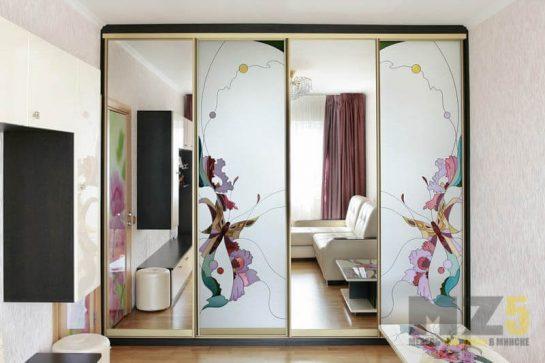 Большой четырехстворчатый шкаф-купе в детскую с рисунком и зеркалами