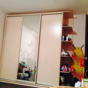 Классический зеркальный шкаф-купе в детскую с пескоструем