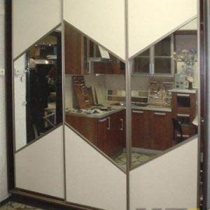 Бежевый трехдверный шкаф-купе с зеркальными вставками на фасадах