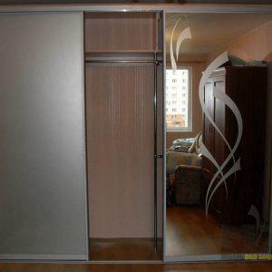 Большой шкаф-купе из лакобеля с зеркалом
