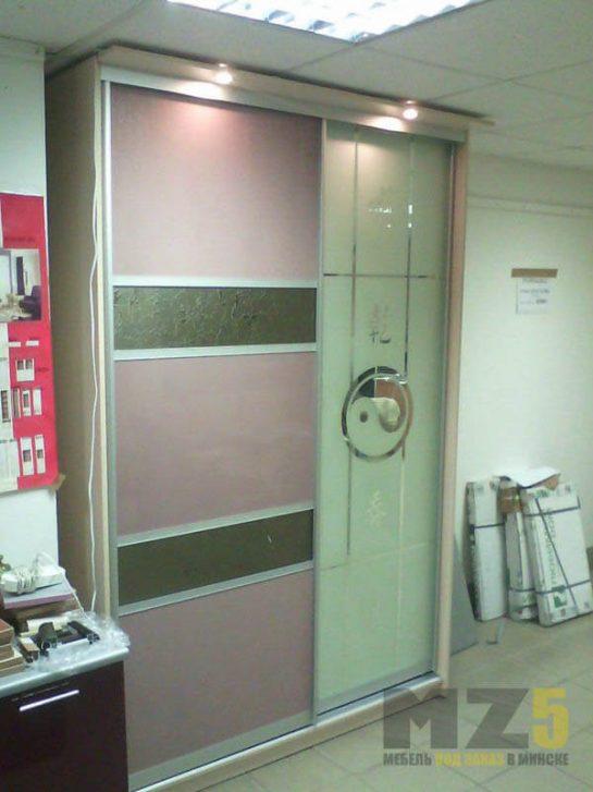Узкий светлый шкаф-купе с пескоструйным рисунком и верхней подсветкой