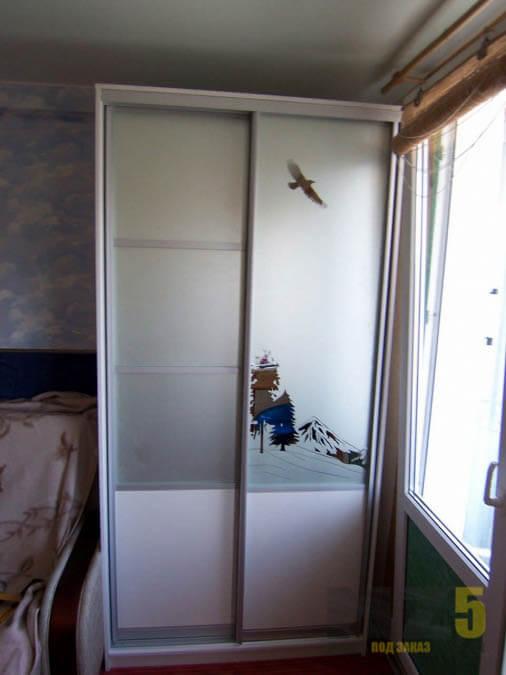 Узкий двустворчатый шкаф-купе с пескоструйным рисунком