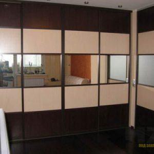 Большой угловой шкаф-купе из массива с зеркальными вставками
