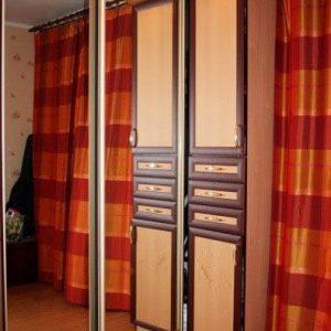 Зеркальный шкаф-купе с подсветкой из дерева