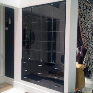Глянцевая торговая мебель в черном цвете с витринами из стекла
