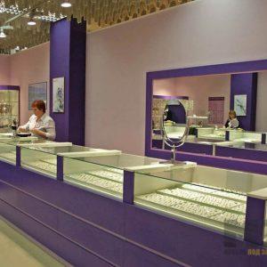 Торговая мебель фиолетового цвета из МДФ с витринами из стекла