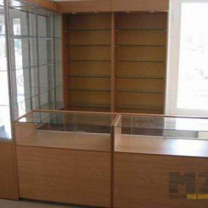 Торговая мебель коричневого цвета с витринами из стекла