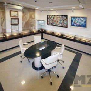 Торговая мебель из МДФ бежево-коричневого цвета со стеклянными витринами