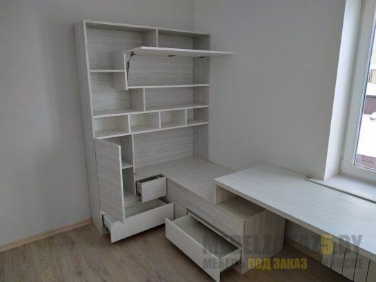 Письменный стол в детскую светло серого цвета