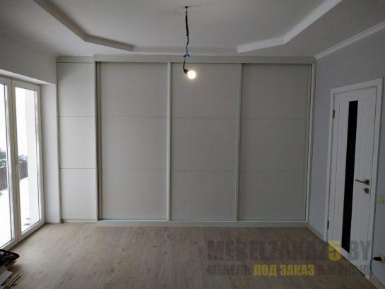 Белый трехстворчатый шкаф-купе большого размера