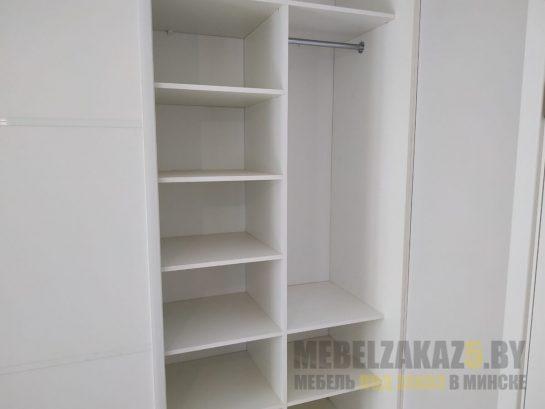 Шкаф-купе в белом цвете с полками