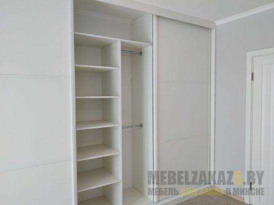 Белый шкаф-купе с полками для хранения