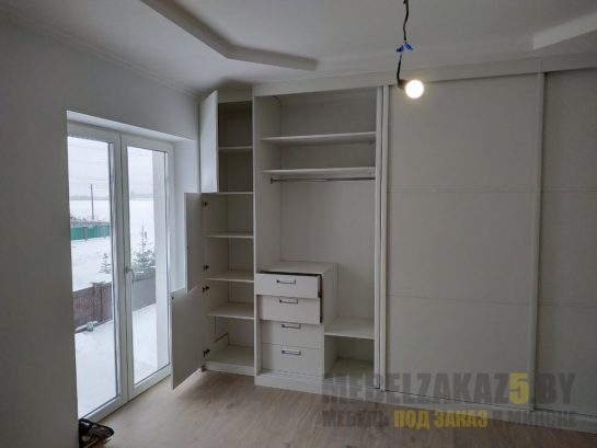 Белый линейный шкаф-купе