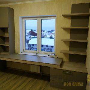Рабочая зона с большим письменный столом и шкафом