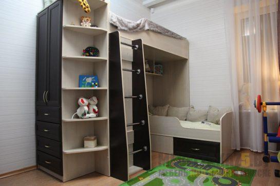 Двухъярусная детская кровать из дерева со шкафом и полками