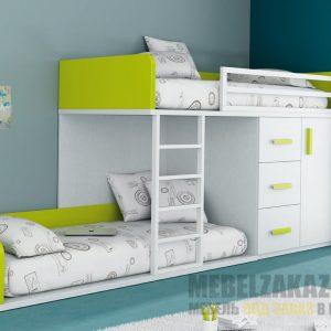 Современная светлая двухъярусная кровать в детскую с салатовыми вставками