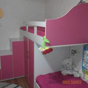 Двухъярусная кровать с розовым шкафом в детскую