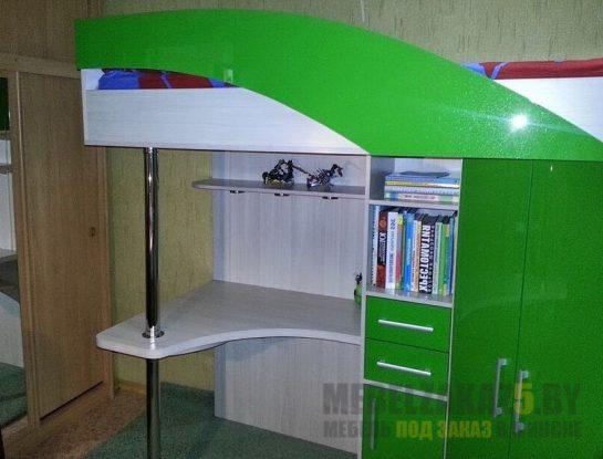 Детская кровать-чердак зеленого цвета с местом для хранения