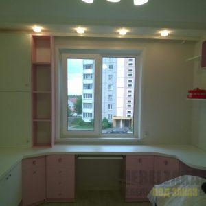 Письменный стол со шкафчиками в детскую бело-розового цвета