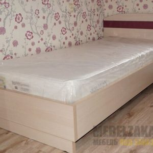 Деревянная кровать для детской комнаты с изголовьем