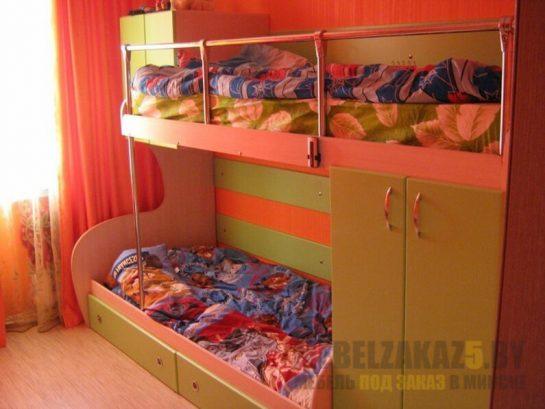 Яркая двухъярусная кровать в детскую зелено-оранжевого цвета