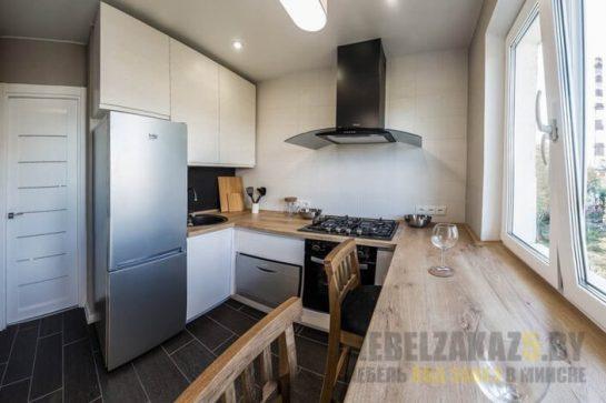 Малогабаритная белая угловая кухня со столешницей из дерева