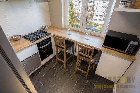 Маленькая современная п-образная кухня со столешницей из дерева