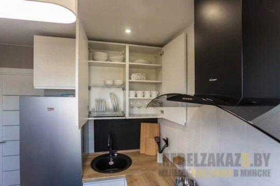 Маленькая п-образная кухня со светлыми фасадами